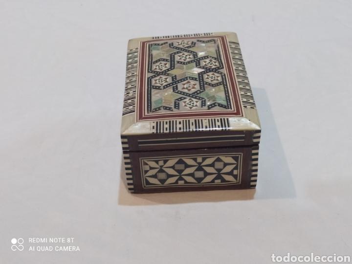 Antigüedades: Preciosa caja joyero antigua de madera de marquetería con incrustaciones en nácar - Foto 6 - 263533925