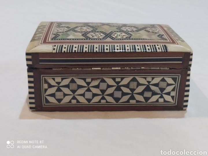 Antigüedades: Preciosa caja joyero antigua de madera de marquetería con incrustaciones en nácar - Foto 7 - 263533925