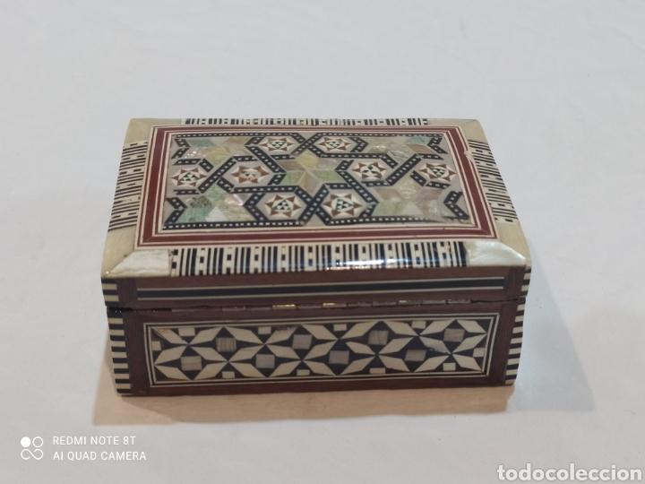Antigüedades: Preciosa caja joyero antigua de madera de marquetería con incrustaciones en nácar - Foto 8 - 263533925