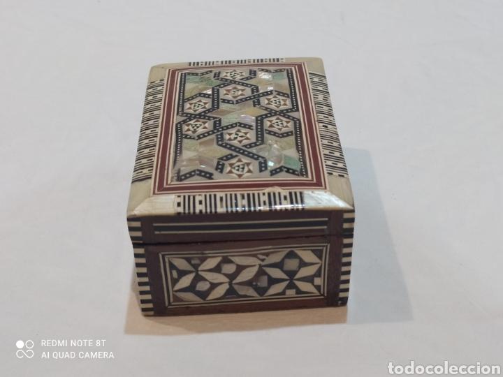 Antigüedades: Preciosa caja joyero antigua de madera de marquetería con incrustaciones en nácar - Foto 9 - 263533925