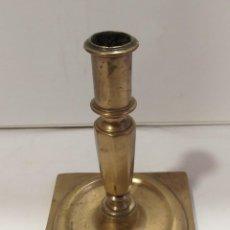 Antigüedades: CANDELERO CANDELABRO DEL S XVII BRONCE SELLADO CON INICIAL. Lote 263549315