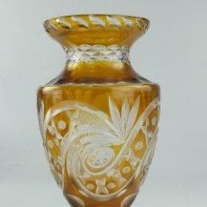 Antiquités: VINTAGE JARRÓN FLORERO DE SOBREMESA, CRISTAL TALLADO DE BOHEMIA. Lote 263552245