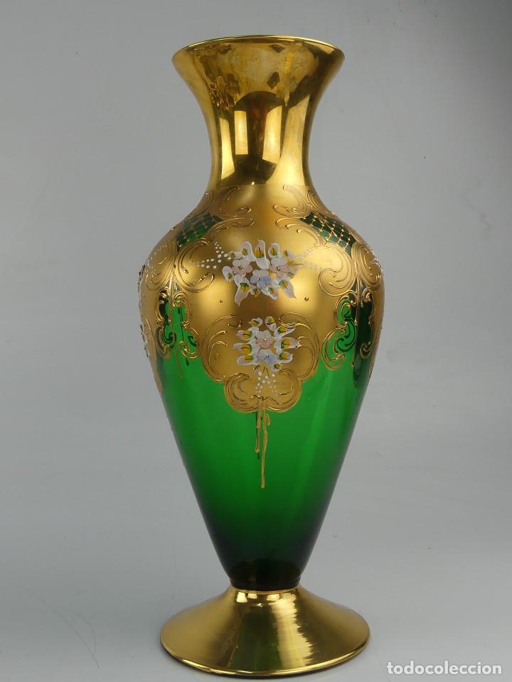 JARRÓN EN CRISTAL DE BOHEMIA DECORADO EN RELIEVES FLORALES PINTADOS (Antigüedades - Cristal y Vidrio - Bohemia)