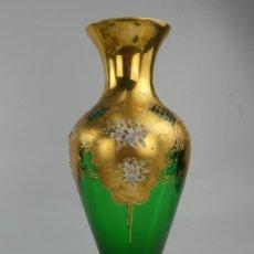 Antiquités: JARRÓN EN CRISTAL DE BOHEMIA DECORADO EN RELIEVES FLORALES PINTADOS. Lote 263553500