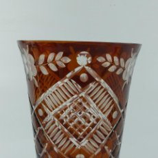 Antiquités: VINTAGE JARRÓN FLORERO DE SOBREMESA, CRISTAL TALLADO DE BOHEMIA. Lote 263554245