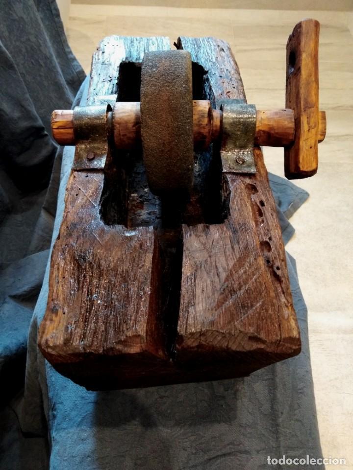 AFILADOR PIEDRA ESMERIL MANUAL. TALLADO UNA SOLA PIEZA (Antigüedades - Técnicas - Rústicas - Utensilios del Hogar)