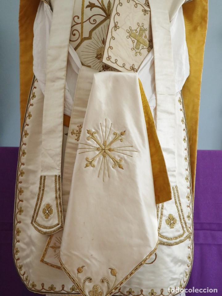 Antigüedades: Casulla y complementos confeccionados en seda bordada con hilo de oro. Hacia 1900. - Foto 2 - 263596260