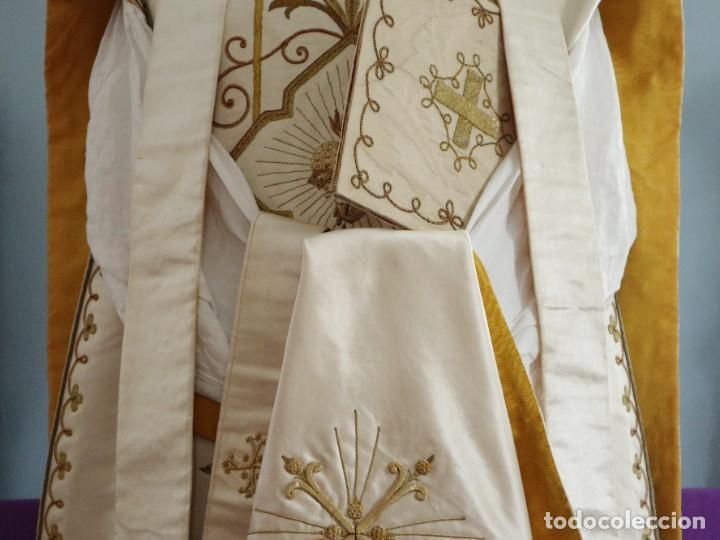 Antigüedades: Casulla y complementos confeccionados en seda bordada con hilo de oro. Hacia 1900. - Foto 3 - 263596260