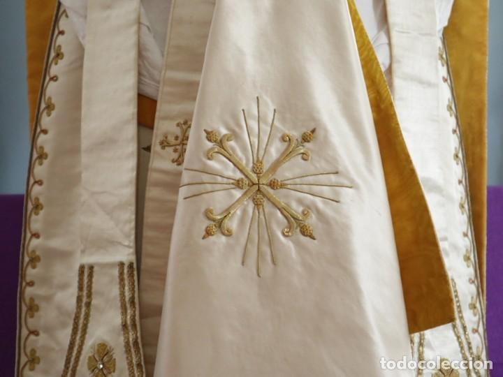 Antigüedades: Casulla y complementos confeccionados en seda bordada con hilo de oro. Hacia 1900. - Foto 4 - 263596260