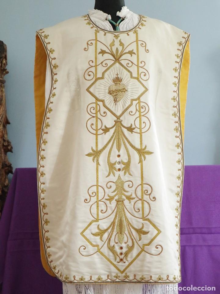 Antigüedades: Casulla y complementos confeccionados en seda bordada con hilo de oro. Hacia 1900. - Foto 5 - 263596260