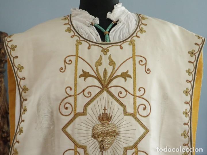 Antigüedades: Casulla y complementos confeccionados en seda bordada con hilo de oro. Hacia 1900. - Foto 6 - 263596260