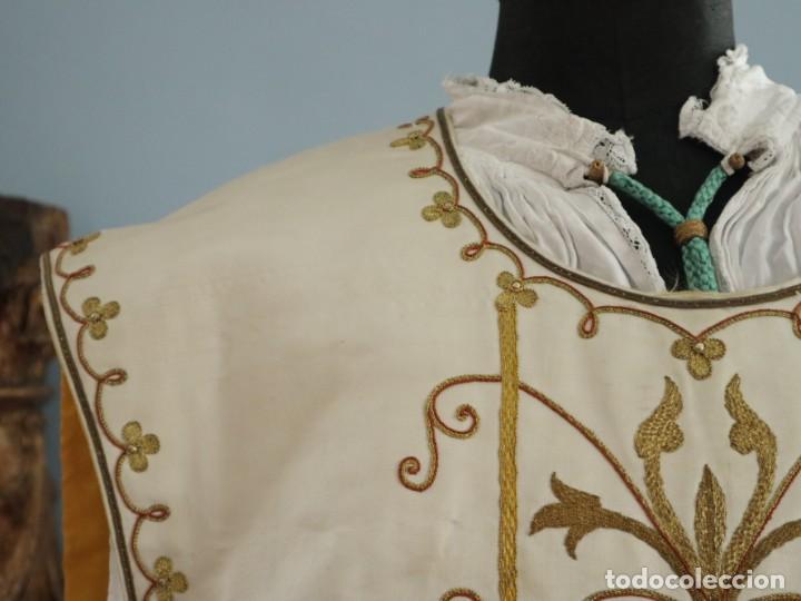 Antigüedades: Casulla y complementos confeccionados en seda bordada con hilo de oro. Hacia 1900. - Foto 7 - 263596260