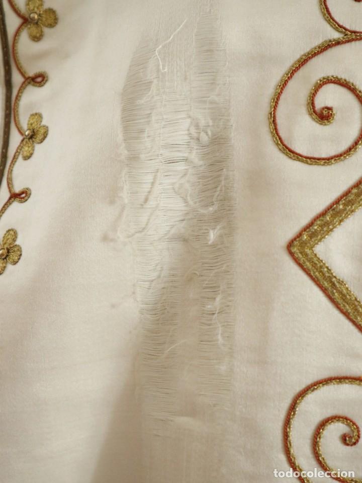 Antigüedades: Casulla y complementos confeccionados en seda bordada con hilo de oro. Hacia 1900. - Foto 9 - 263596260