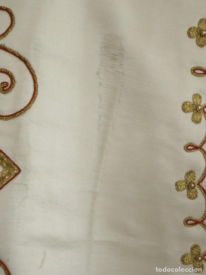 Antigüedades: Casulla y complementos confeccionados en seda bordada con hilo de oro. Hacia 1900. - Foto 10 - 263596260