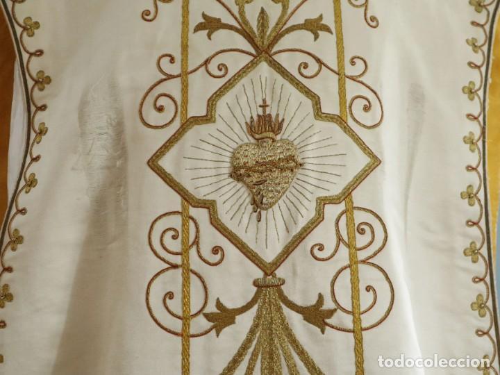 Antigüedades: Casulla y complementos confeccionados en seda bordada con hilo de oro. Hacia 1900. - Foto 11 - 263596260