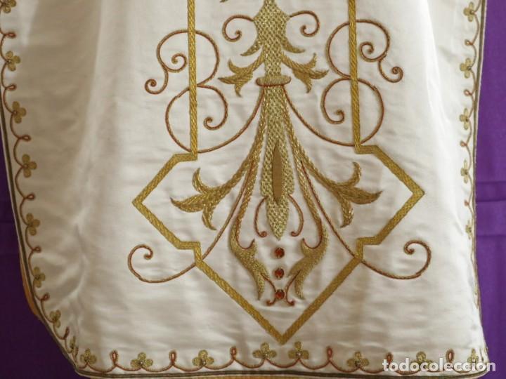 Antigüedades: Casulla y complementos confeccionados en seda bordada con hilo de oro. Hacia 1900. - Foto 12 - 263596260