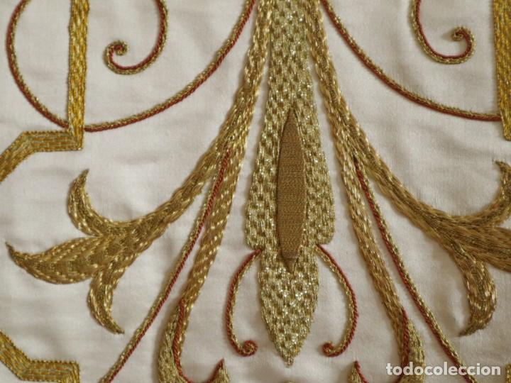 Antigüedades: Casulla y complementos confeccionados en seda bordada con hilo de oro. Hacia 1900. - Foto 13 - 263596260
