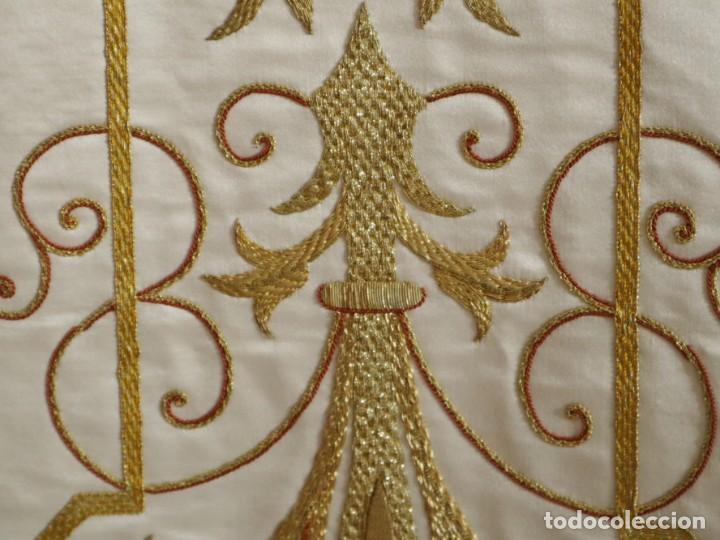 Antigüedades: Casulla y complementos confeccionados en seda bordada con hilo de oro. Hacia 1900. - Foto 14 - 263596260