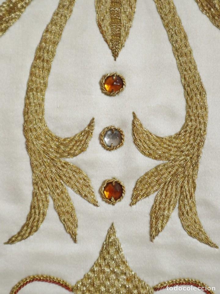 Antigüedades: Casulla y complementos confeccionados en seda bordada con hilo de oro. Hacia 1900. - Foto 15 - 263596260