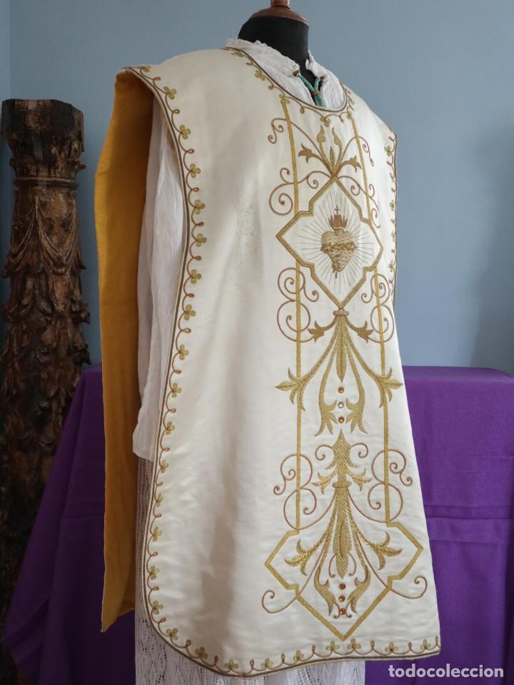 Antigüedades: Casulla y complementos confeccionados en seda bordada con hilo de oro. Hacia 1900. - Foto 16 - 263596260