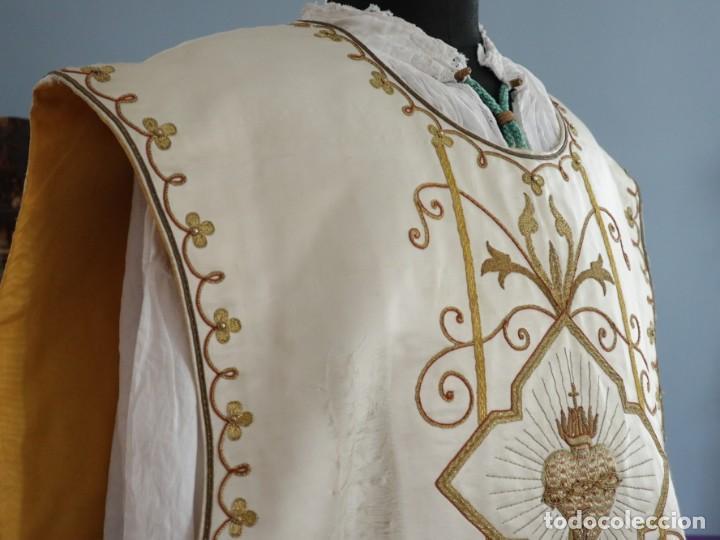 Antigüedades: Casulla y complementos confeccionados en seda bordada con hilo de oro. Hacia 1900. - Foto 17 - 263596260