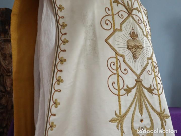 Antigüedades: Casulla y complementos confeccionados en seda bordada con hilo de oro. Hacia 1900. - Foto 18 - 263596260