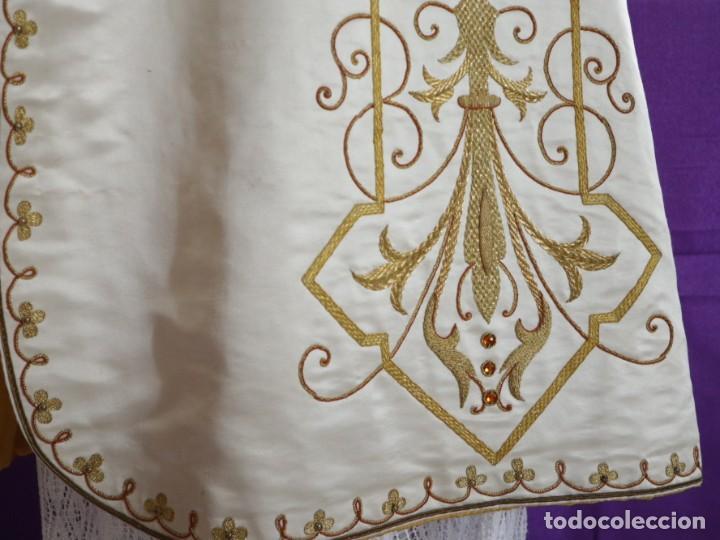 Antigüedades: Casulla y complementos confeccionados en seda bordada con hilo de oro. Hacia 1900. - Foto 19 - 263596260