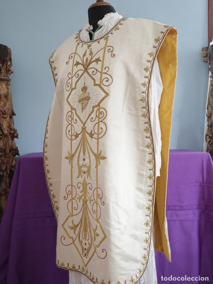 Antigüedades: Casulla y complementos confeccionados en seda bordada con hilo de oro. Hacia 1900. - Foto 20 - 263596260