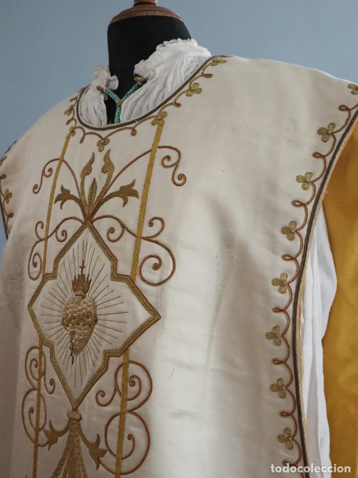 Antigüedades: Casulla y complementos confeccionados en seda bordada con hilo de oro. Hacia 1900. - Foto 21 - 263596260