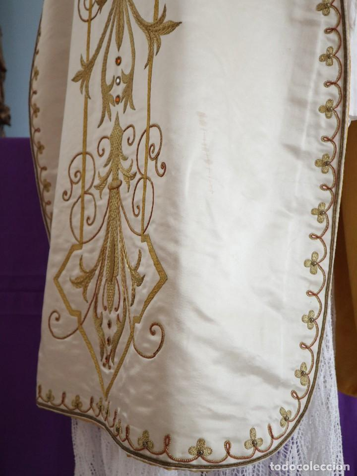 Antigüedades: Casulla y complementos confeccionados en seda bordada con hilo de oro. Hacia 1900. - Foto 22 - 263596260