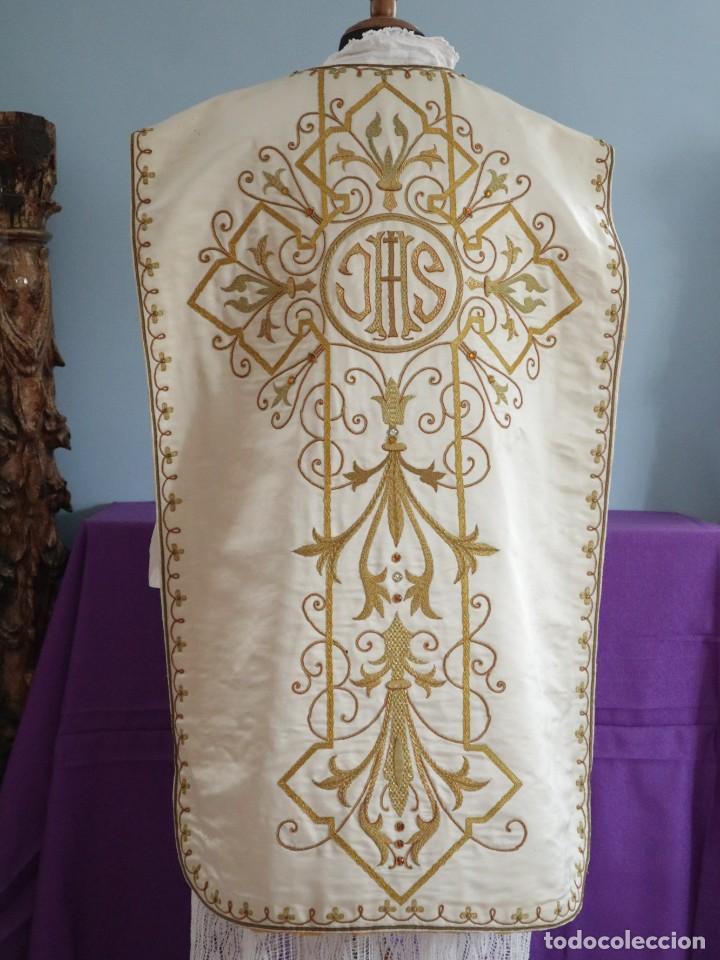 Antigüedades: Casulla y complementos confeccionados en seda bordada con hilo de oro. Hacia 1900. - Foto 23 - 263596260