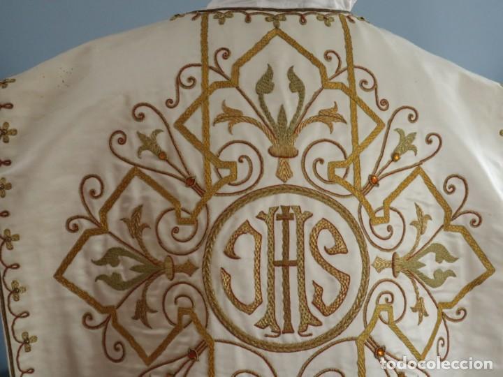 Antigüedades: Casulla y complementos confeccionados en seda bordada con hilo de oro. Hacia 1900. - Foto 24 - 263596260