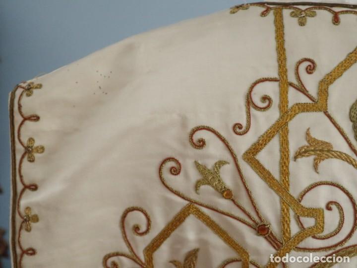 Antigüedades: Casulla y complementos confeccionados en seda bordada con hilo de oro. Hacia 1900. - Foto 25 - 263596260