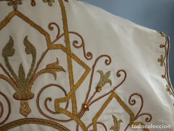 Antigüedades: Casulla y complementos confeccionados en seda bordada con hilo de oro. Hacia 1900. - Foto 26 - 263596260