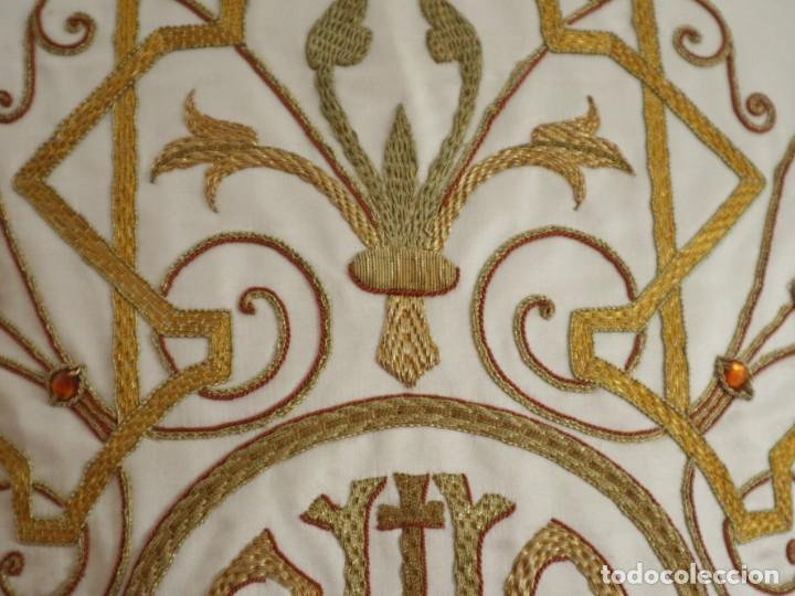 Antigüedades: Casulla y complementos confeccionados en seda bordada con hilo de oro. Hacia 1900. - Foto 28 - 263596260