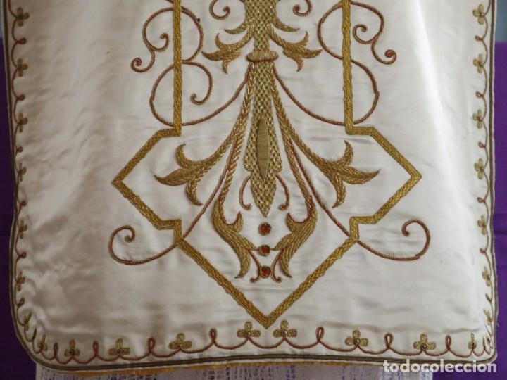 Antigüedades: Casulla y complementos confeccionados en seda bordada con hilo de oro. Hacia 1900. - Foto 29 - 263596260