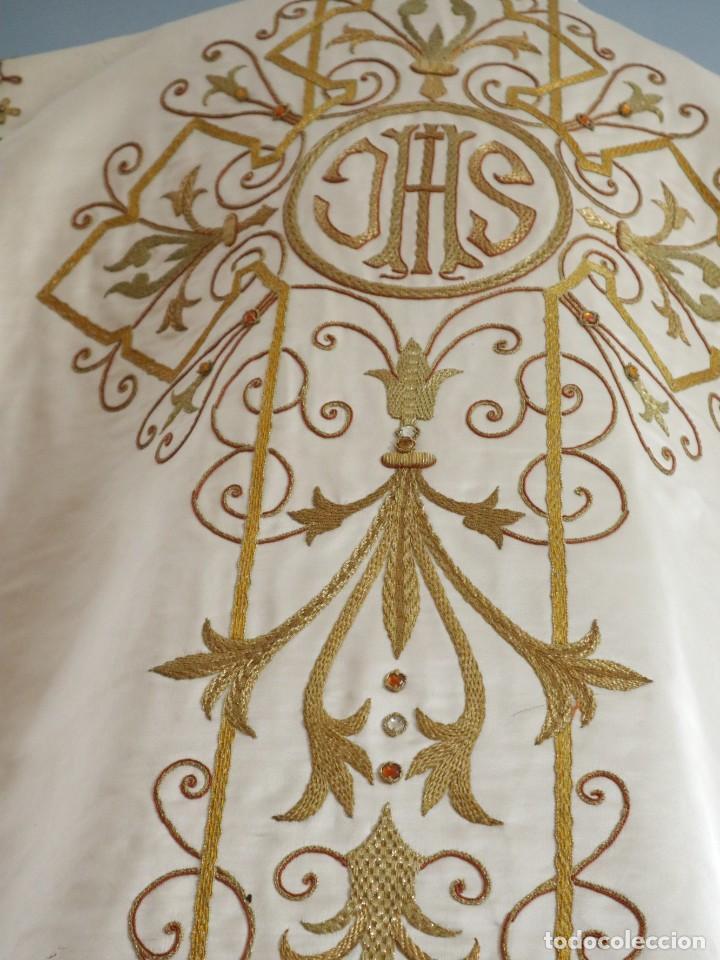 Antigüedades: Casulla y complementos confeccionados en seda bordada con hilo de oro. Hacia 1900. - Foto 30 - 263596260