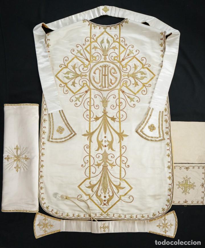 Antigüedades: Casulla y complementos confeccionados en seda bordada con hilo de oro. Hacia 1900. - Foto 32 - 263596260