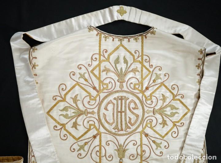 Antigüedades: Casulla y complementos confeccionados en seda bordada con hilo de oro. Hacia 1900. - Foto 33 - 263596260