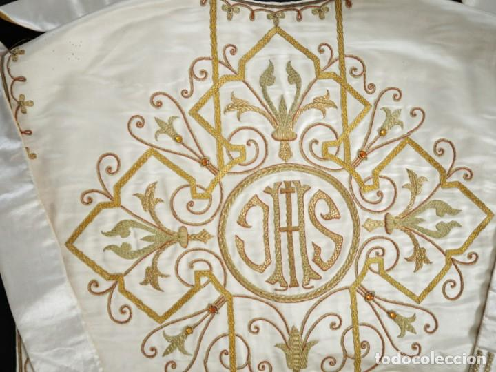 Antigüedades: Casulla y complementos confeccionados en seda bordada con hilo de oro. Hacia 1900. - Foto 34 - 263596260