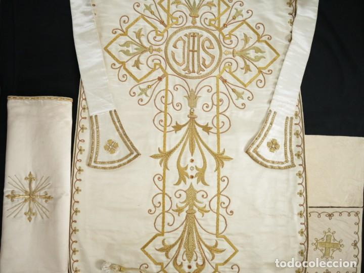 Antigüedades: Casulla y complementos confeccionados en seda bordada con hilo de oro. Hacia 1900. - Foto 35 - 263596260
