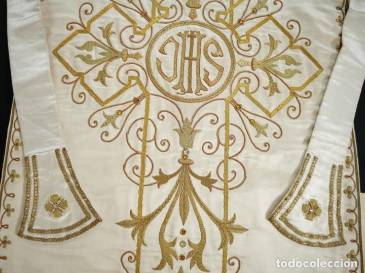 Antigüedades: Casulla y complementos confeccionados en seda bordada con hilo de oro. Hacia 1900. - Foto 36 - 263596260