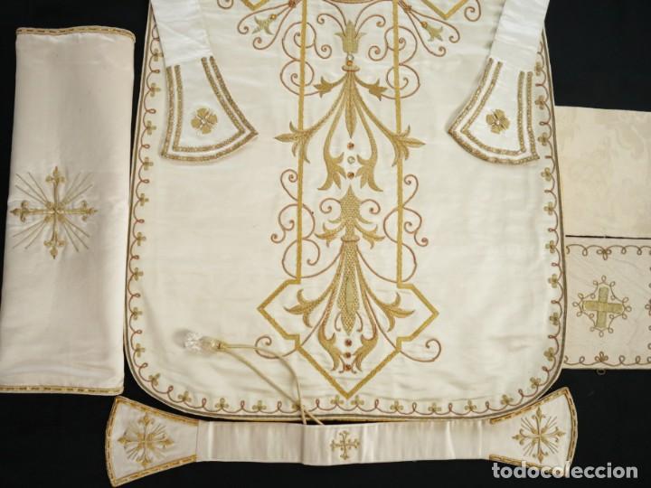Antigüedades: Casulla y complementos confeccionados en seda bordada con hilo de oro. Hacia 1900. - Foto 37 - 263596260