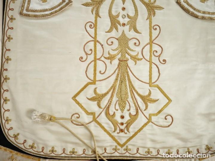 Antigüedades: Casulla y complementos confeccionados en seda bordada con hilo de oro. Hacia 1900. - Foto 38 - 263596260