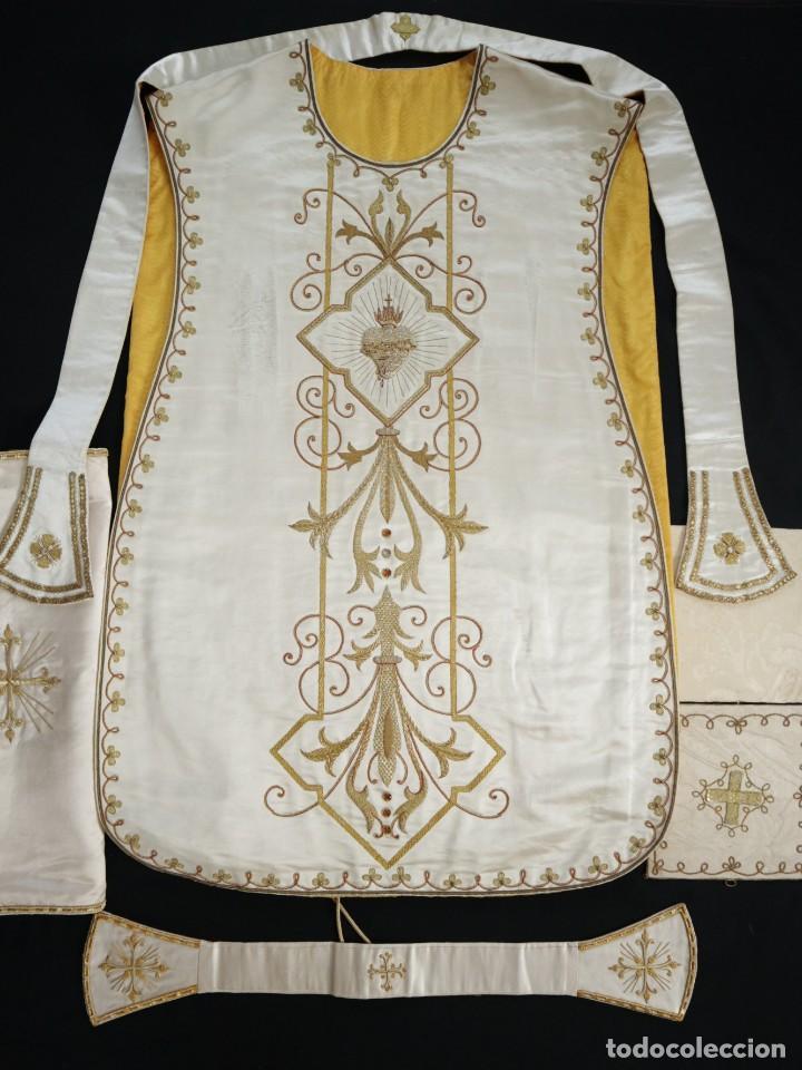 Antigüedades: Casulla y complementos confeccionados en seda bordada con hilo de oro. Hacia 1900. - Foto 40 - 263596260