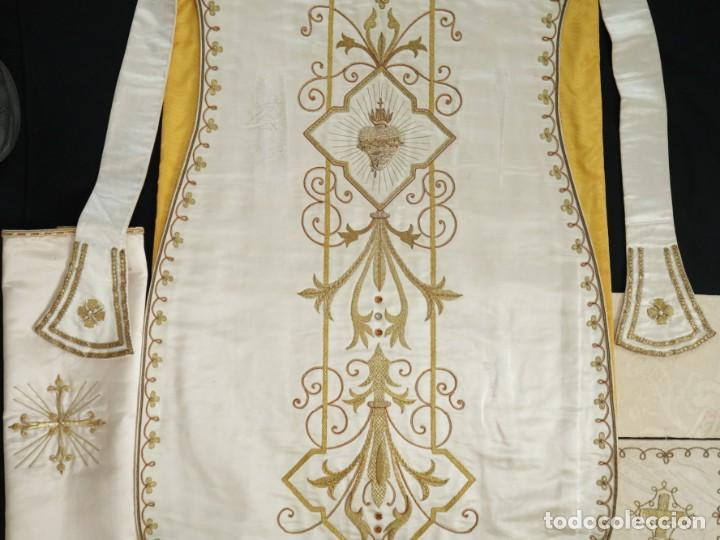 Antigüedades: Casulla y complementos confeccionados en seda bordada con hilo de oro. Hacia 1900. - Foto 42 - 263596260