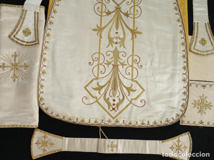 Antigüedades: Casulla y complementos confeccionados en seda bordada con hilo de oro. Hacia 1900. - Foto 43 - 263596260