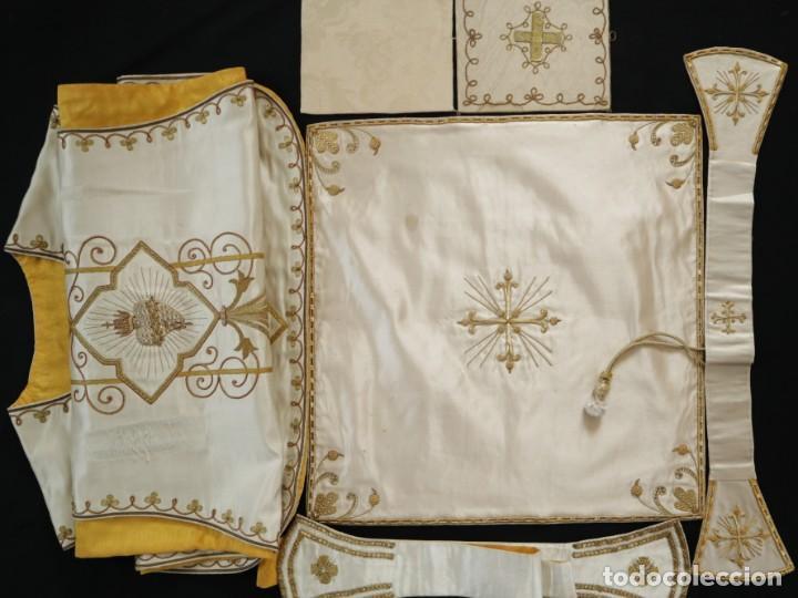 Antigüedades: Casulla y complementos confeccionados en seda bordada con hilo de oro. Hacia 1900. - Foto 44 - 263596260