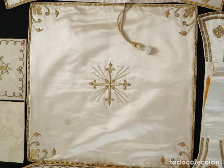 Antigüedades: Casulla y complementos confeccionados en seda bordada con hilo de oro. Hacia 1900. - Foto 45 - 263596260