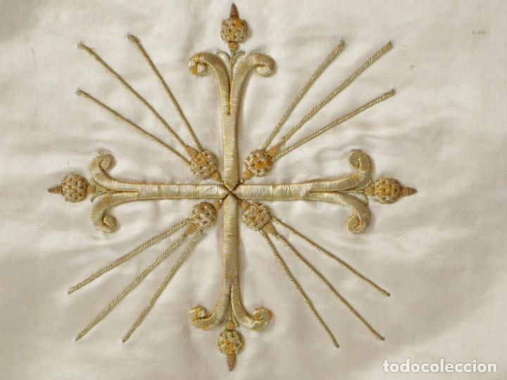 Antigüedades: Casulla y complementos confeccionados en seda bordada con hilo de oro. Hacia 1900. - Foto 46 - 263596260